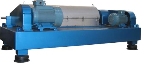 Horizontal spiral discharging decanter centrifuge separator