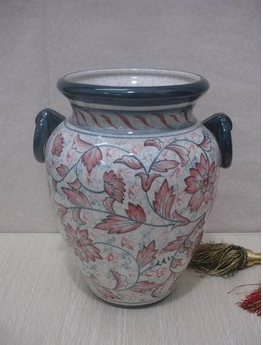 white and red hand paint the vase for hotel deco