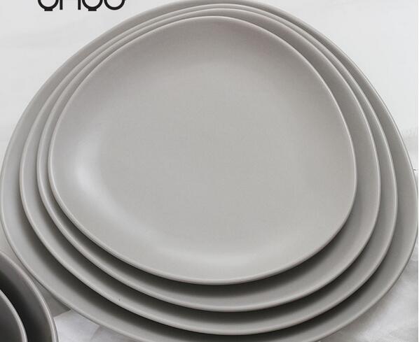 Matt glazed ceramic plate with fluently bodyline