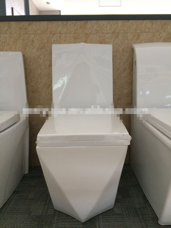 Hotel Sanitary Ware Soft Closing Cover One Piece Toilet For Sale